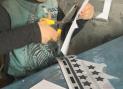 Кирилл увлечённо вырезает образцы